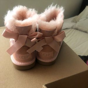Uggs size 7 toddler good conditions brand new